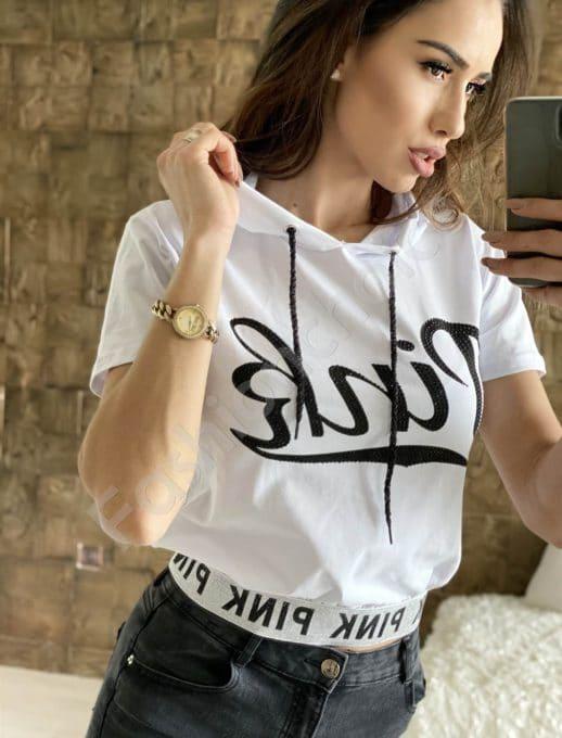 Къса блуза в бяло с качулка и надпис Pink-код 909-201
